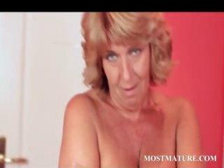 mature prettie plays her stunning quim