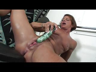 mature huge clit solo enjoy in the gym