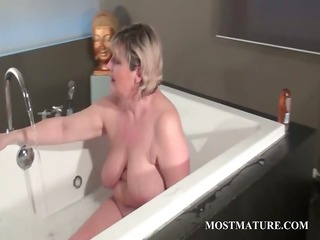 mature tramp dildoes vagina in bathtub