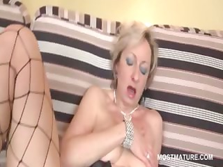 blonde slut copulates her older busty cunt with