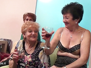 old and inexperienced lesbians perform inside a