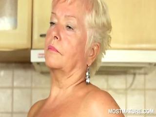older girl pleasureing amp