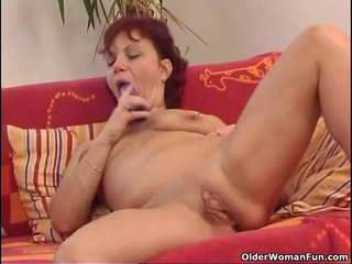 sleazy cougar lady works her meaty pussy muscle